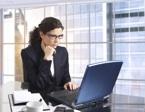 Femme médecin devant son ordinateur