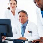 Médecins face à un ordinateur