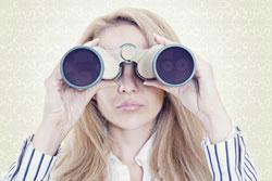Femme surveillant avec des jumelles